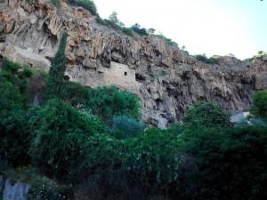 La falaise de Cotignac et ses maisons troglodites